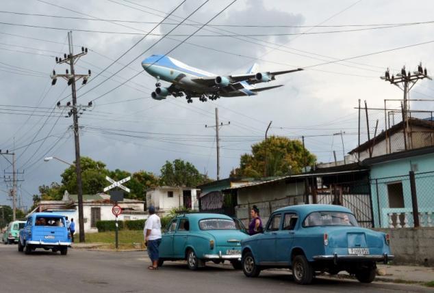 Chiều 20/3 theo giờ địa phương, chuyên cơ Air Force One chở Tổng thống Obama và gia đình đã hạ cánh tại Havana, Cuba trong mưa (Ảnh: Reuters)
