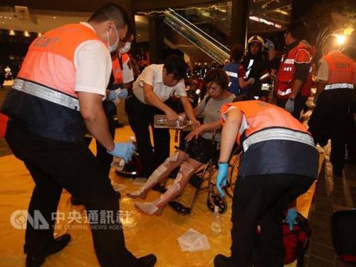 Một nạn nhân được cứu chữa tại hiện trường. (Ảnh: CNA)