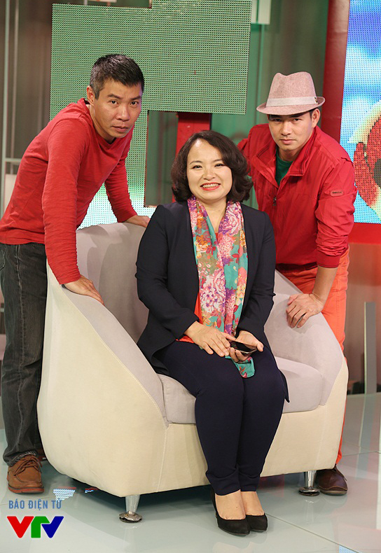 Cả hai diễn viên làm mặt ngầu trước ống kính của VTV News.