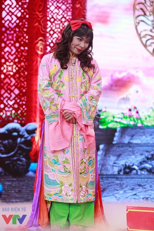 Cô Đẩu yểu điệu, nữ tính với bộ trang phục màu hồng do NTK Đức Hùng thiết kế và hoàn thiện trong 3 tháng