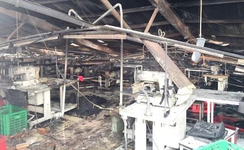 Ngọn lửa thiêu rụi nhiều máy móc trong xưởng (Báo: ANTĐ)