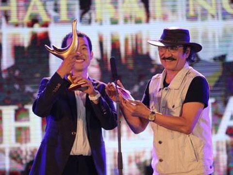 Tác giả Mew Amazing (Đức Hùng) nhận giải cho MV của năm (cho ca khúc Thật bất ngờ), Nhạc sĩ của năm và Bài hát của năm. (Ảnh: Thể thao & Văn hóa)