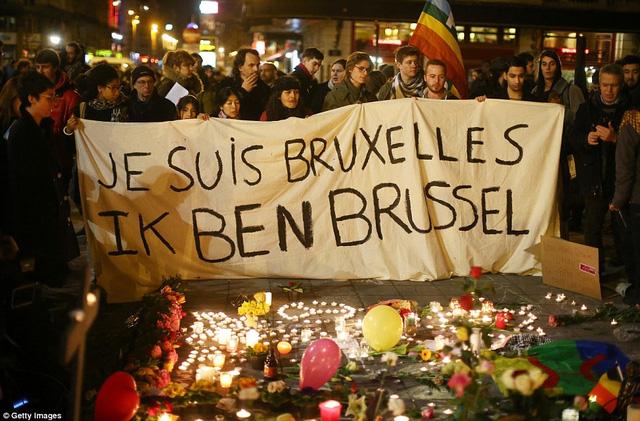 Nến được thắp để tưởng niệm các nạn nhân tại Brussels (Ảnh: Getty)