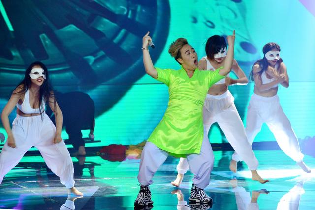 Trung Quân đã thể hiện hai bản hit Dấu mưa và Trót yêu theo phong cách Bollywood.