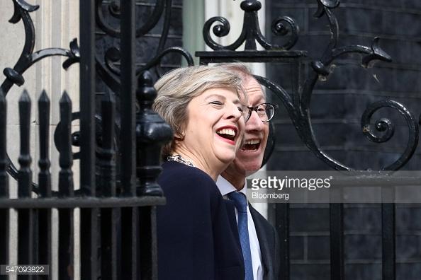 Bà Theresa May và chồng Philip May trước ngôi nhà số 10 phố Downing.