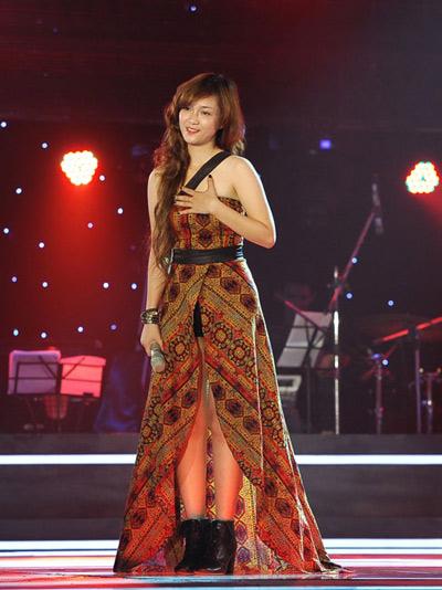 Đây là trang phục do chính Đinh Hương tự thiết kế và may để tham gia vòng tuyển chon The voice năm 2012.