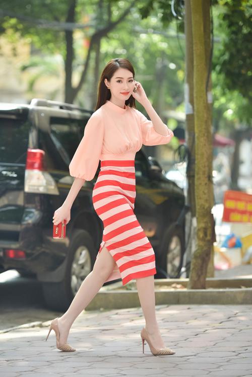 Cô diện trang phục khá đơn giản nhưng vẫn làm tôn lên vẻ đẹp nữ tính, dịu dàng cùng những đường cong quyến rũ của cơ thể