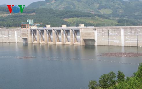Thủy điện Sông Tranh 2 là một trong số ít hồ chứa tích đủ nước đến mực nước dâng bình thường nhưng vẫn phải xả cầm chừng để giữ nước cho mùa khô. (Ảnh: VOV)