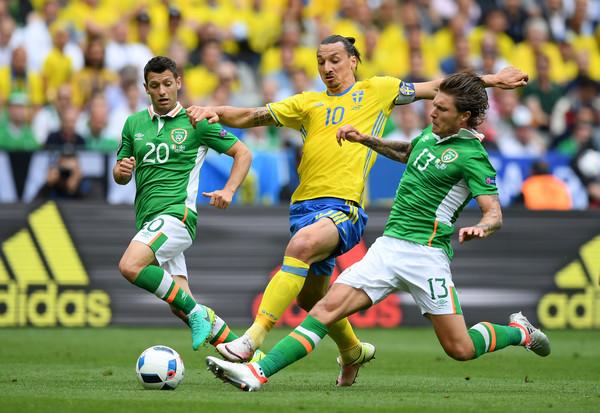 Ibrahimovic (áo vàng) và các đồng đội sẽ phải nỗ lực rất nhiều nếu muốn có điểm trước Italy. Ảnh: Zimbio