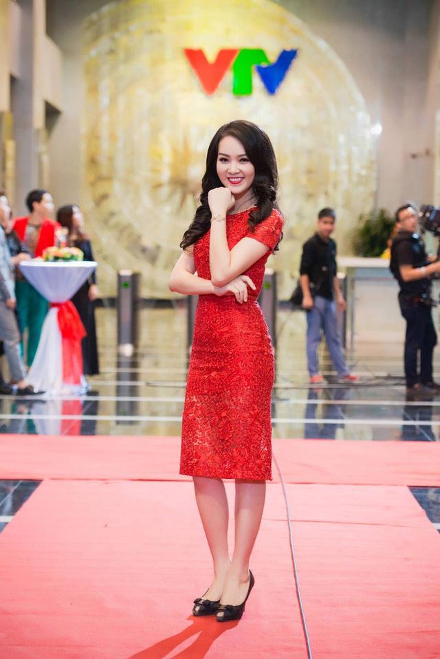 Còn khi xuất hiện tại các sự kiện, trang phục và phong cách trang điểm của cô lại thiên về xu hướng khoe vẻ nhẹ nhàng, nữ tính.