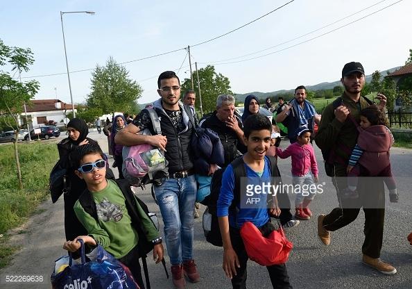 Nhiều người tị nạn Syrianrời trại tị nạn ở biên giới Hy Lạp-Macedonia gần ngôi làng Idomeni để bắt đầu chuyến hành trình trở lại Syria qua Athens và Istanbul.