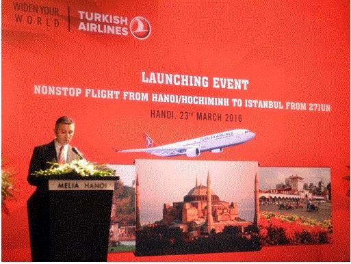 Ông Ahmet Akpinar, đại diện Turkish Airlines giới thiệu đường bay thằng Hà Nội/TP Hồ Chí Minh - Istanbul.