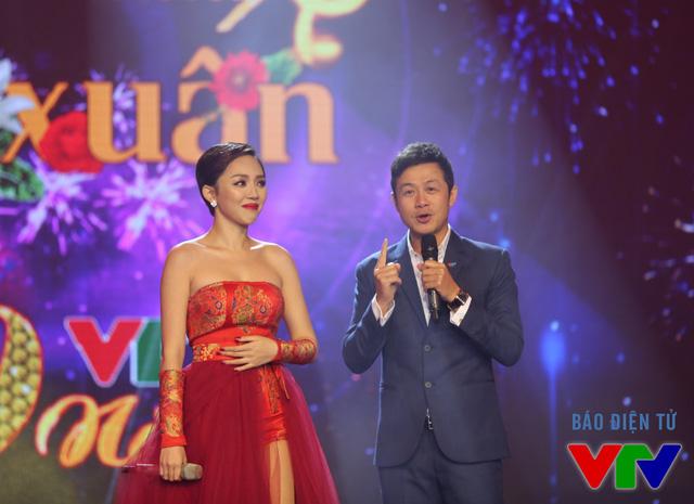Ca sĩ Tóc Tiên tái ngộ người đàn anh - MC Anh Tuấn - trong chương trình Bản giao hưởng mùa xuân.