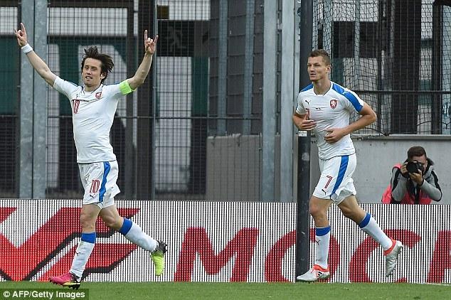 Tomas Rosicky ăn mừng bàn thắng quyết định trận đấu