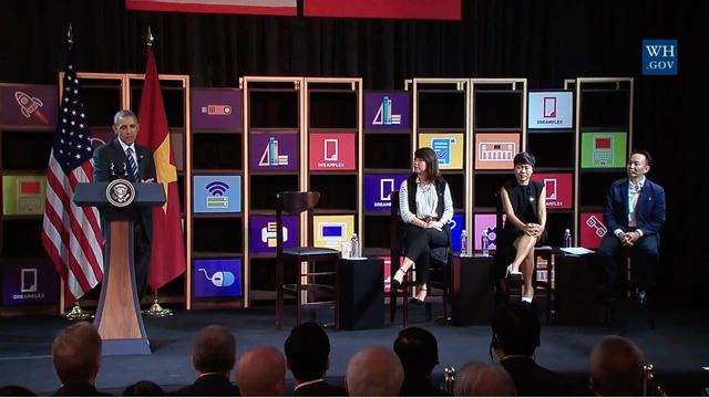 Sau khi ghé thăm chùa Ngọc Hoàng, Tổng thống Obama đã có buổi gặp gỡ các doanh nghiệp trẻ tại khu Dreamplex