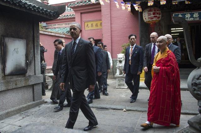 Ông dành khoảng 15 phút viếng thăm chùa Ngọc Hoàng (Ảnh: AFP)