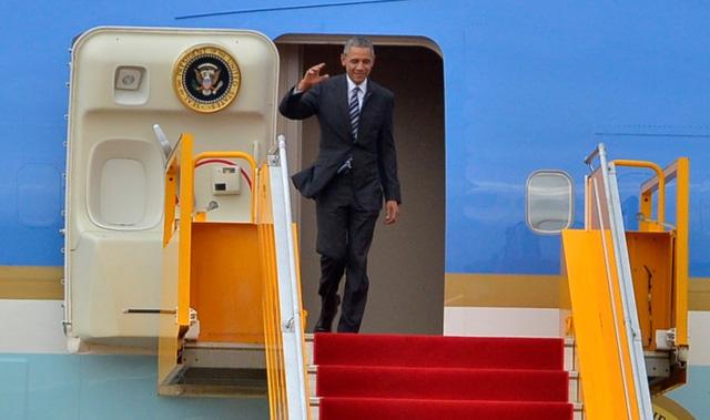Tổng thống Mỹ Barrack Obama vẫy tay chào khi đặt chân xuống sân bay Tân Sơn Nhất