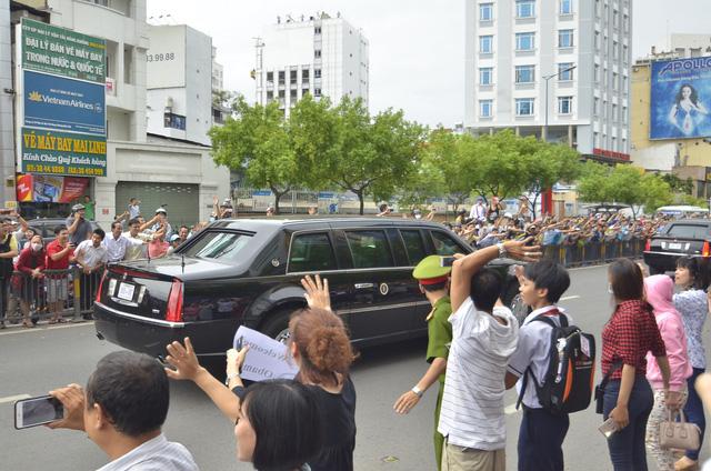 Hân hoan khi thấy đoàn xe của Tổng thống đi qua.