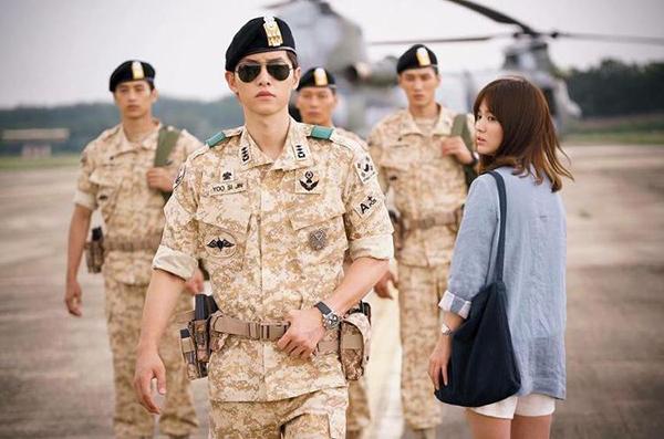 Chiếc áo khoác màu xanh thanh bình được Song Hye Kyo sử dụng trong phim Hậu duệ mặt trời