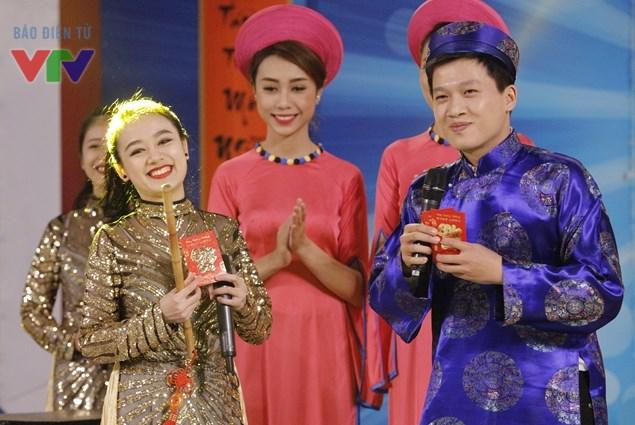 MC Trần Ngọc và các thành viên nhóm nhạc Pha Lê Xanh trong tiết mục mở màn chương trình