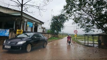 Biển chào đón đoàn làm phim với dòng chữ TITAN được Sở VH-TT&DL Quảng Bình cắm ngoài đường dẫn vào xã Tân Hóa