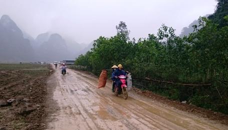Mặc cho mưa gió, người dân Tân Hóa vẫn lam lũ mưu sinh