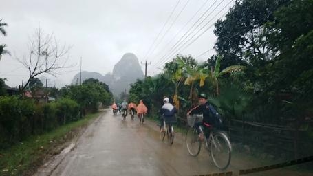 Rất nhiều học sinh hiếu kỳ sau giờ tan trường cũng đạp xe vào Tân Hóa để xem hậu trường phim...