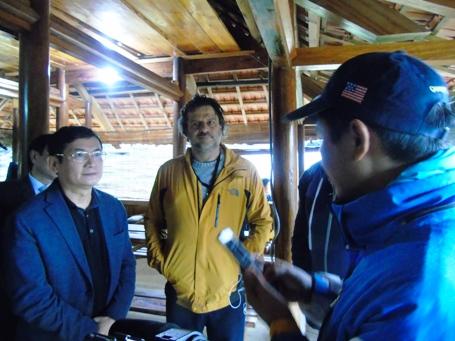 """Ông Trần Tiến Dũng (bìa trái), Phó Chủ tịch UBND tỉnh Quảng Bình trò chuyện cùng đại diện đoàn làm phim """"Kong: Skull Island"""""""