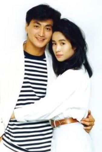 Về chuyện tình cảm riêng, Hà Gia Kính thừa nhận, anh khá lận đận. Khi mới bắt đầu khởi nghiệp, anh từng có thời gian hẹn hò nữ diễn viên Đài Loan - Kim Tố Mai (sinh năm 1964). Cặp đôi được mệnh danh là kim đồng ngọc nữ sau đó đã chia tay khiến nhiều khán giả nuối tiếc.