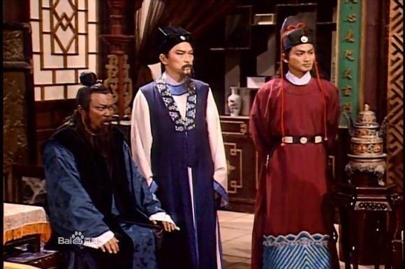 Bao Chửng (Kim Siêu Quần), Công Tôn Sách (Phạm Hồng Hiên) và Triển Chiêu (Hà Gia Kinh) từng được mệnh danh là bộ ba thép của Bao Thanh Thiên (1993). Sau này, trong những phiên bản khác, bộ ba này vẫn quyết định hợp tác cùng nhau.