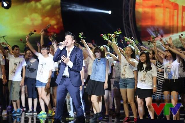 Trọng Hiếu khuấy động Liveshow Bài hát yêu thích tháng 8/2015 cùng dàn fan với ca khúc hit Con đường tôi