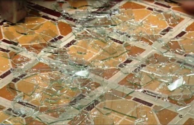Những mảnh kính vỡ tại hiện trường bệnh nhân bị truy sát (Ảnh: M.A/Zing.vn)
