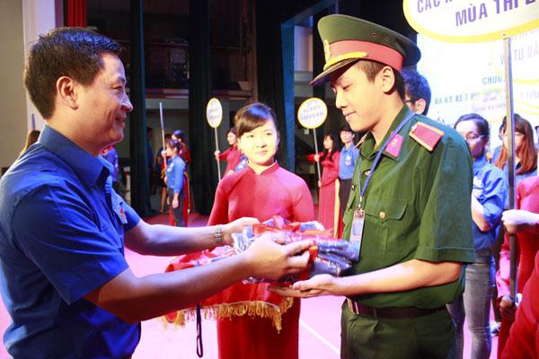 Trong lễ ra quân, Thành đoàn Hà Nội trao vật dụng cần thiết cho các tình nguyện viên tham gia Tiếp sức mùa thi