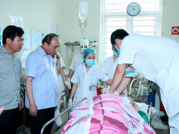 Thủ tướng Nguyễn Xuân Phúc thăm các nạn nhân tại Bệnh viện Đa khoa tỉnh Yên Bái. (Ảnh: Thống Nhất/TTXVN)
