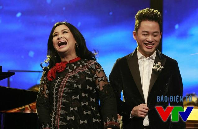 Hai nghệ sĩ phấn khởi khi cùng nhau tham gia chương trình và biểu diễn chung trong một tiết mục.