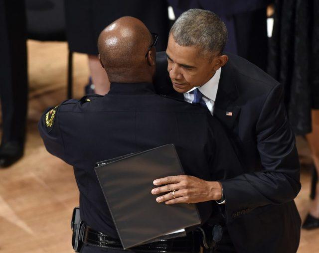 Tổng Thống Barack Obama (phải) ôm Cảnh sát trưởng David Brown sau khi được ông này giới thiệu đọc diễn văn tại lễ tưởng niệm. (Ảnh: AP)