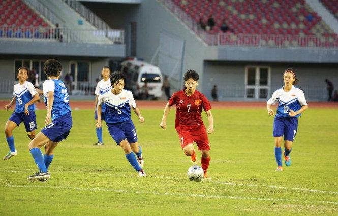 ĐT nữ Việt Nam (áo đỏ) đã có chiến thắng đậm 14-0 trước ĐT nữ Singapore trong trận ra quân. Ảnh: MMF