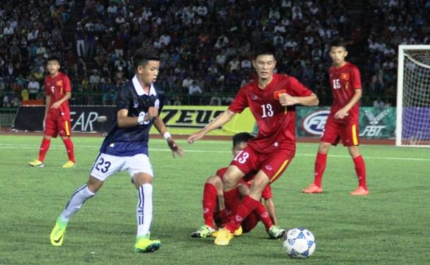 U16 Việt Nam (áo đỏ) đã rất nỗ lực để đánh bại chủ nhà U16 Campuchia trong trận bán kết U16 Đông Nam Á
