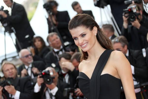 Người mẫu đến từ Brasil Isabeli Fontana khoe vẻ rạng rỡ trên thảm đỏ Cannes.