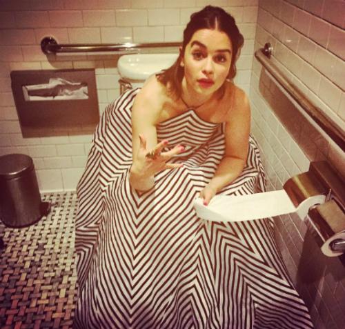 Ngay cả khi ở trong toilet cũng phải có ảnh nghịch ngợm, tạo dáng!