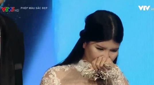 Thủy Tiên xúc động bật khóc khi xuất hiện trước công chúng với diện mạo mới.