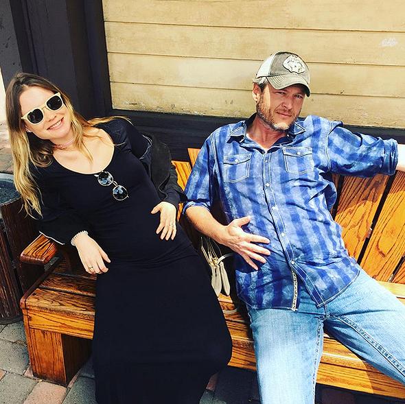Behati đọ bụng với Blake Shelton - HLV The Voice Mỹ, đồng thời là bạn thân thiết của vợ chồng Behati. Bức ảnh này được chụp bởi Adam Levine.