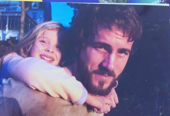 Chloe chụp ảnh cùng nam diễn viên Ryan Reynolds.