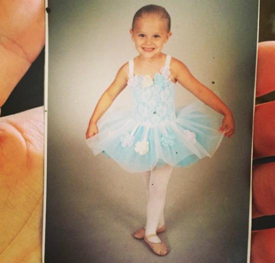 Chloe điệu đà với váy múa.
