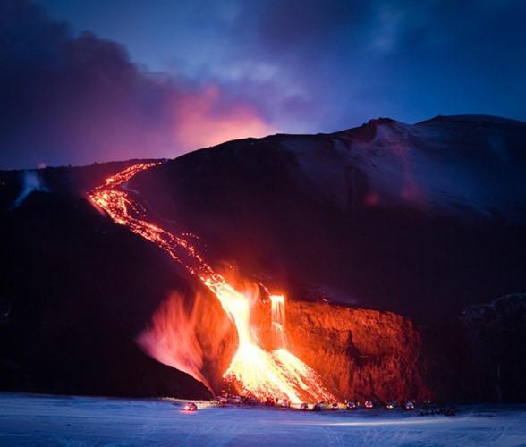 Là một hòn đảo trẻ, lại nằm trên vành đai núi lửa Đại Tây Dương, Iceland là một trong những nơi có hoạt động địa chất mạnh mẽ nhất trên thế giới