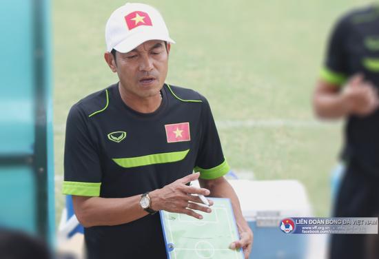 HLV Đinh Thế Nam của ĐT U16 Việt Nam