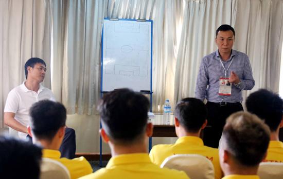 Phó chủ tịch thường trực VFF Trần Quốc Tuấn gặp và động viên các tuyển thủ ĐT Việt Nam