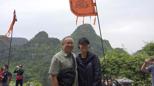"""Ảnh chụp đạo diễn Jordan Vogt-Roberts và Larry Fong D.O.P ghé thăm phim trường """"Tấm Cám"""" của Ngô Thanh Vân khi cô đang quay ở Ninh Bình vào hồi tháng 9/2015. Ảnh: NTV."""