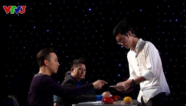 Thí sinh Duy Khang trình diễn ảo thuật với những lá bài và thiết bị di động.
