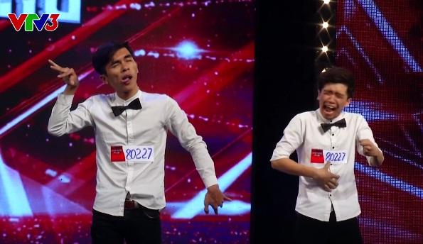 Hai thí sinh với gương mặt làm xấu hài hước trên sân khấu